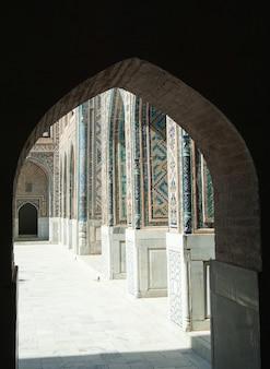 De koepel in de vorm van een boog in traditionele aziatische mozaïekarchitectuur van middeleeuws centraal azië