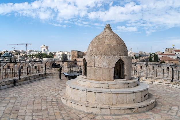 De koepel in het midden van het dak van de heilig grafkerk, laat licht toe aan de crypte en koepel van het ethiopische klooster van sint-helena in jeruzalem, israël.