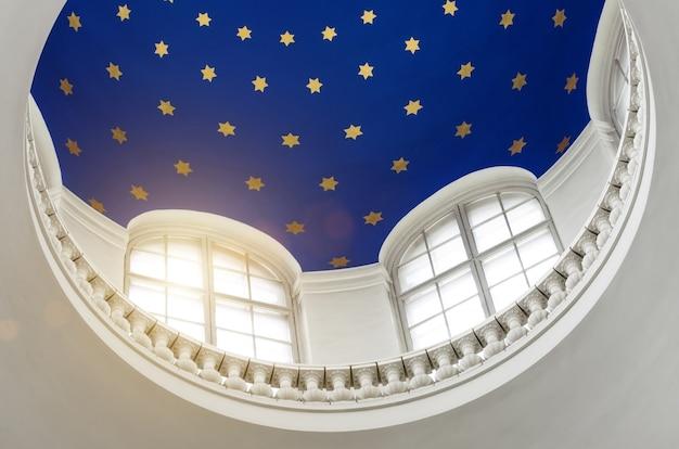 De koepel van binnenuit met de sterren, het licht door de ramen.