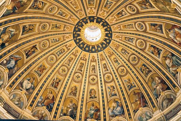 De koepel van de sint-pietersbasiliek van binnenuit, vaticaan, rome
