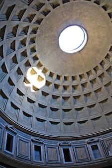 De koepel van het pantheon van binnenuit gezien, rome, italië