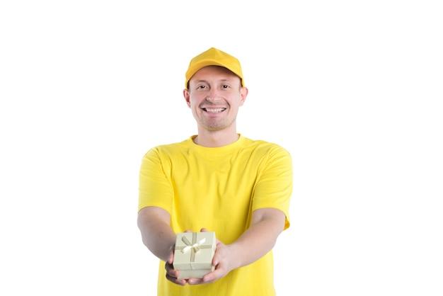 De koeriersmens in geel uniform die dooshuis levert isoleert op witte achtergrond