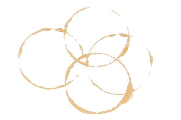 De koffie bevlekt koppenringen op een document, op witte achtergrond wordt geïsoleerd die