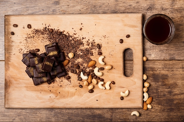 De koffie en de noten van het chocoladesuikergoed op hout