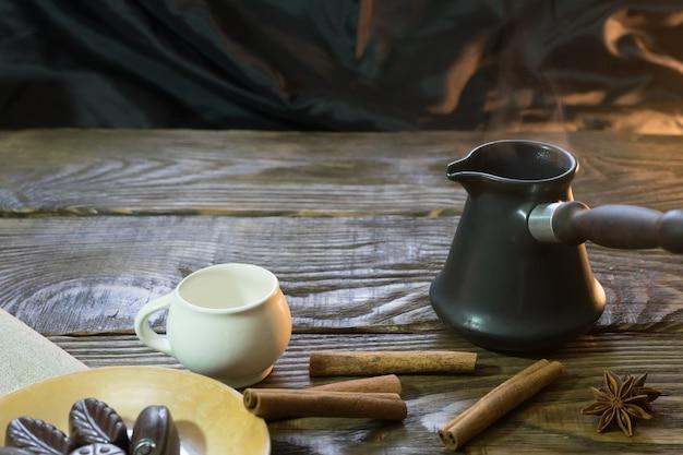 De koffie in de ibrik met kaneel en chocolade.