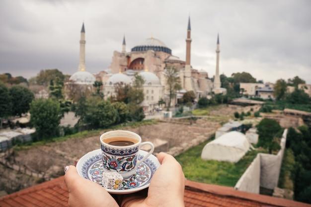 De koffie van turkije op hagia sophia-achtergrond