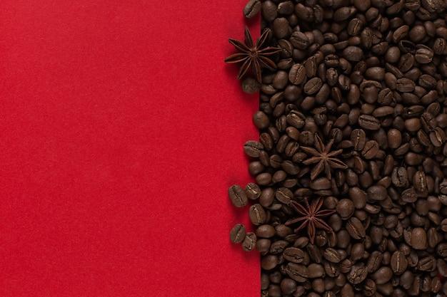 De koffiebonen zijn verspreid op een rood document close-up, commerciële copyspace.