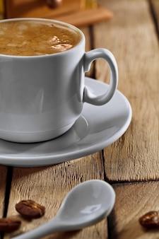 De koffiekop en de lepel van de close-up