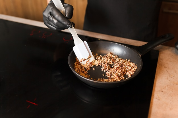 De kok bereidt zich voor om gekiemde boekweit te koken.