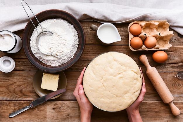 De kok maakt deeg naast de ingrediënten