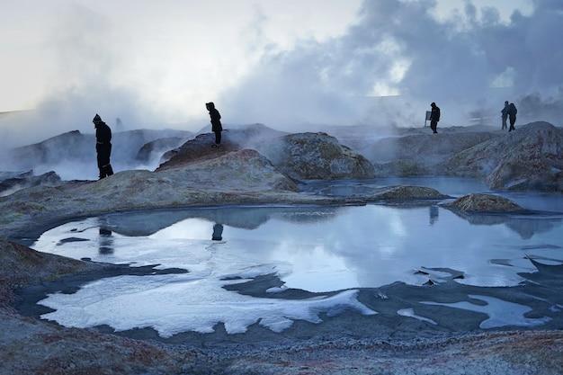 De kokende natuurlijke zwavel producerende geysir in uyuni, bolivia.