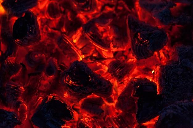 De kolen van een kampvuur, close-up