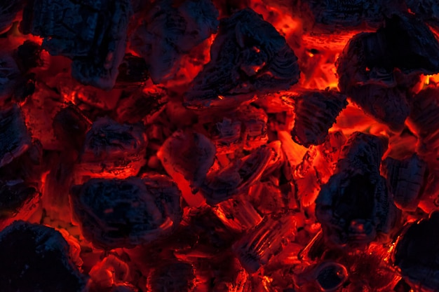 De kolen van een kampvuur, close-upachtergrond