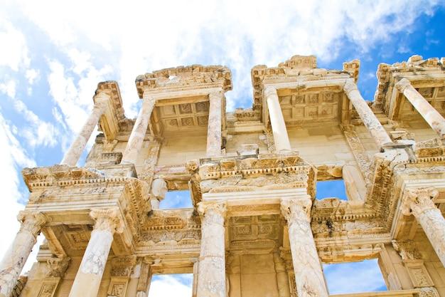 De kolommen van de celsus-bibliotheek van het oude efeze in kusadasi, turkije