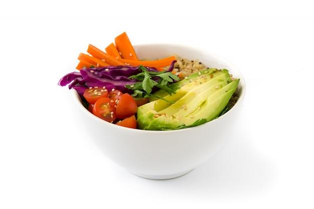 De kom van veganistboedha met verse die rauwe groenten en quinoa op wit worden geïsoleerd