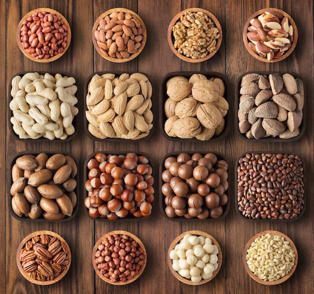 De kommen van mengelingsnoten op lijstachtergrond. voedzaam biologisch voedsel voor snack.
