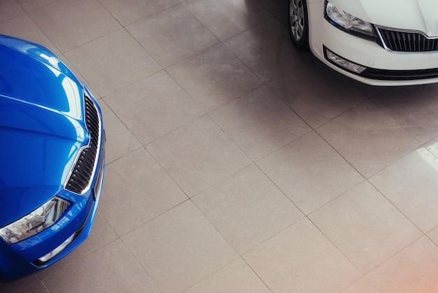 De koplampen en de motorkap van een sportwagen