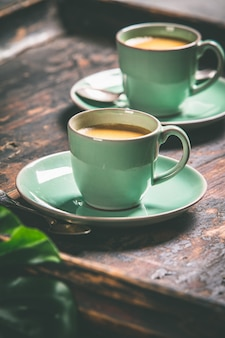 De koppen koffie en capsules, sluiten omhoog