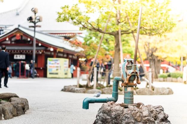 De kraan die het grondwater in sensoji-tempel, tokyo, japan verbindt.