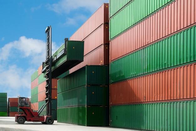 De kraan heft de containerdoos op die aan containerdepot laadt