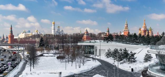 De kremlin wall st basils cathedral uitzicht vanaf zaryadye park in de winter panorama moskou rusland