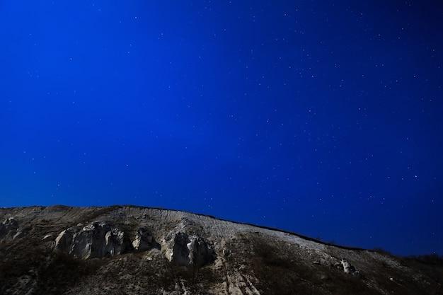 De krijtberg op een achtergrond van de sterrenhemel.