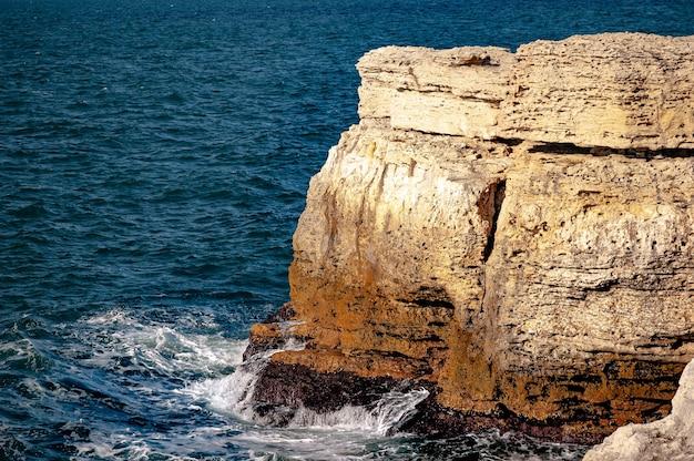 De krim verlaten rotsachtige kust gewassen door de wateren van de zwarte zee. natuurlijke voorraden lamsvlees.