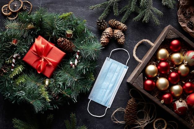 De kroon van kerstmis en boomversieringen op zwarte concrete achtergrond