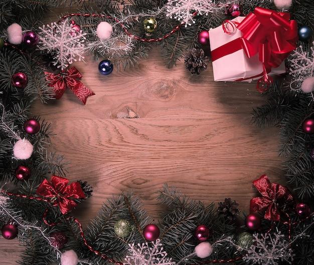 De kroon van kerstmis en cadeau op houten achtergrond .photo met plaats voor tekst.
