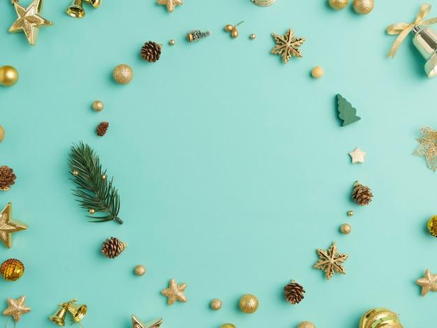 De kroon van kerstmis en decoratie die een frame op lichtblauwe achtergrond maken