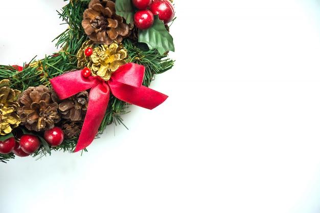De kroon van kerstmis op witte achtergrond