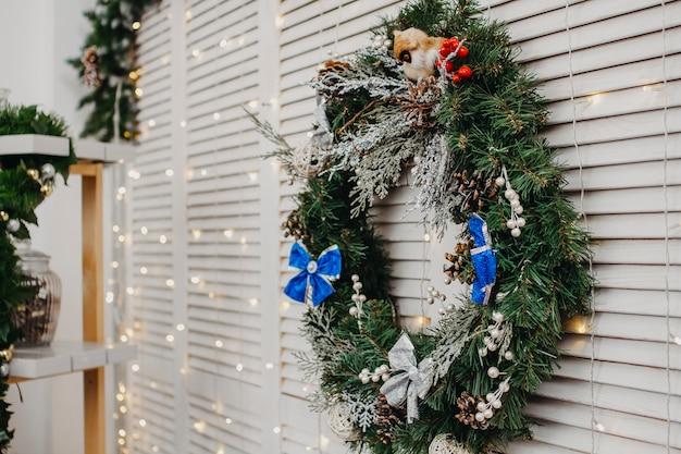 De kroonclose-up van kerstmis op een witte muur
