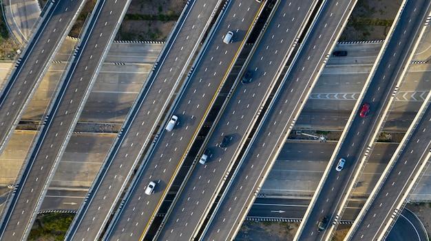 De kruisingweg van de vervoersstad met auto op kruisings dwarsweg die door hommel wordt geschoten