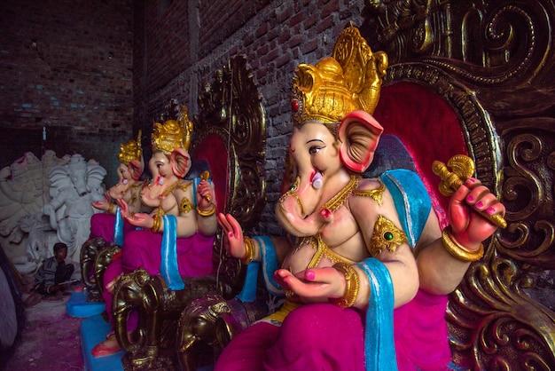 De kunstenaar geeft de laatste hand aan een idool van de hindoe-god ganesha