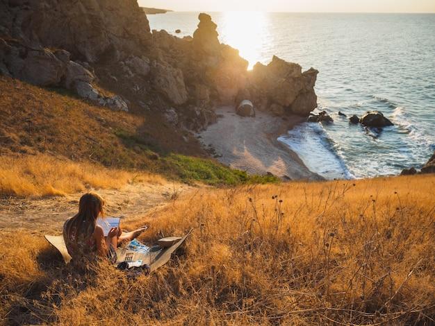 De kunstenaar trekt de zee