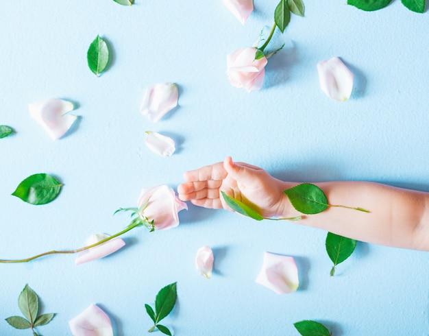 De kunsthand van de mode van de bloemen van een klein kindholding