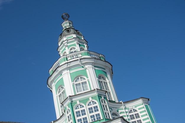 De kunstkamera was het eerste museum dat werd opgericht. toren in het midden van het gebouw close-up.