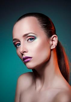 De kunstmake-up van de schoonheid op gezicht van een vrouwen grote blauwe ogen