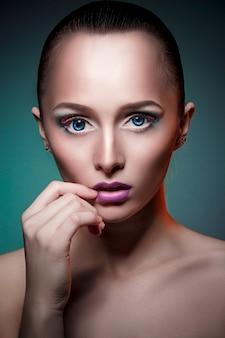 De kunstmake-up van de schoonheid op het gezicht van een vrouw