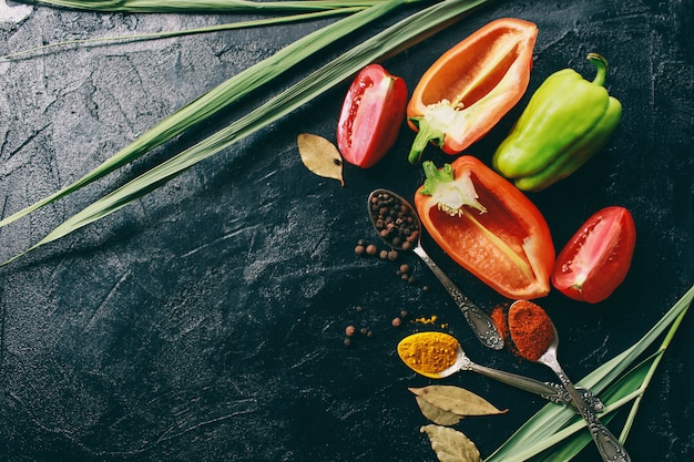 De kurkuma en de paprika van de zwarte peper liggen op een donkere achtergrond