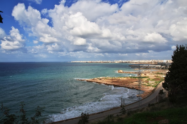 De kust in de stad tripoli in libanon