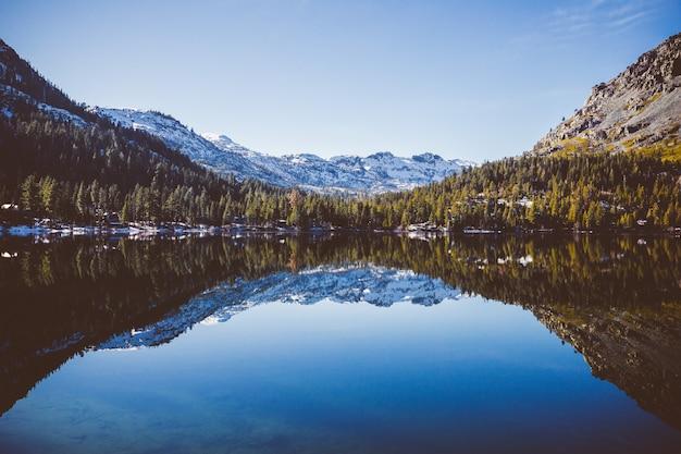 De kust of fallen leaf lake en het stille water met prachtige weerspiegeling in het water