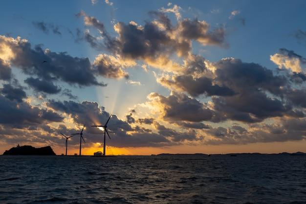 De kust toneelgebied van korea op een goede dag bij zonsondergang een windgenerator