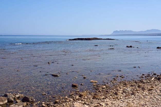De kust van de egeïsche zee op kreta met een horizon op de achtergrond.