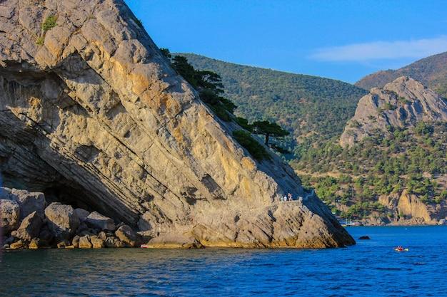 De kust van de zwarte zee. bergen en zee op een zonnige dag.