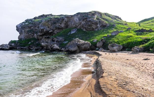De kust van de zwarte zee in de zomer