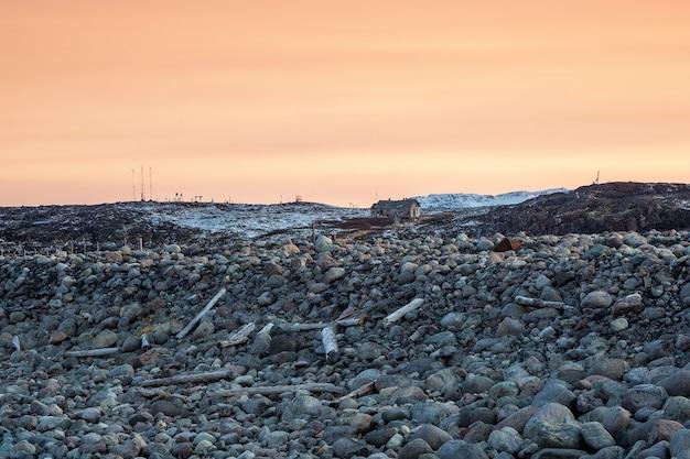De kust van het schiereiland kola, afval dat door het getij wordt opgeworpen.
