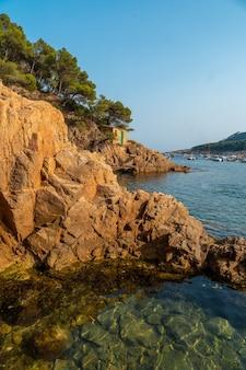 De kust van tamariu in de stad palafrugell. girona, costa brava in de middellandse zee