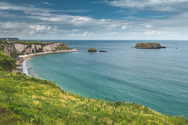 De kustlijn van close-up noord-ierland. kalme baai.