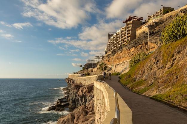 De kustpromenade van puerto rico naar amadores, gran canaria, canarische eilanden, spanje